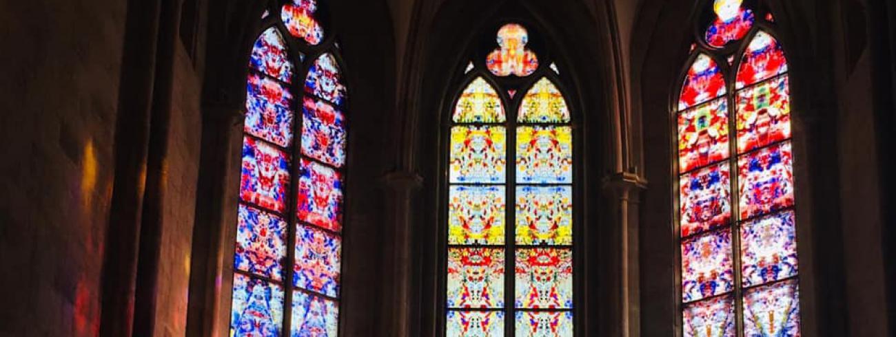 Glasramen van Gerhard Richter in de abdijkerk van Tholey. © FB Abdij Tholey