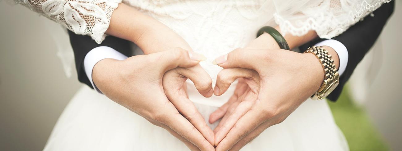 Twee mensen trouwen