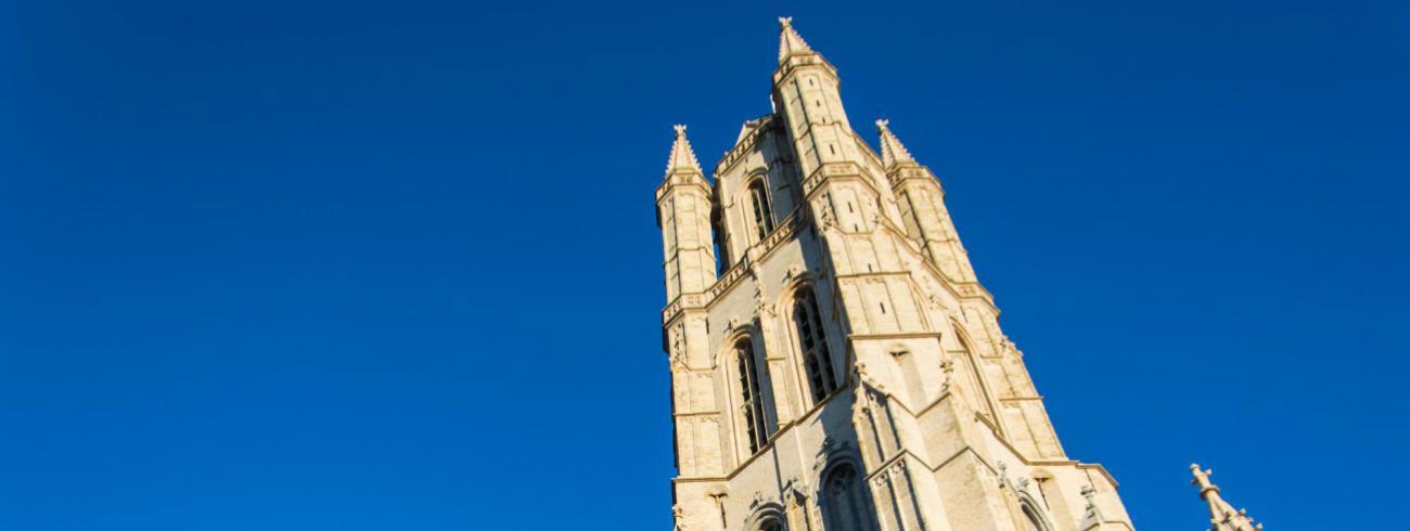 Gerestaureerde toren van Sint-Baafskathedraal © Bisdom Gent, foto: Karel Van de Voorde