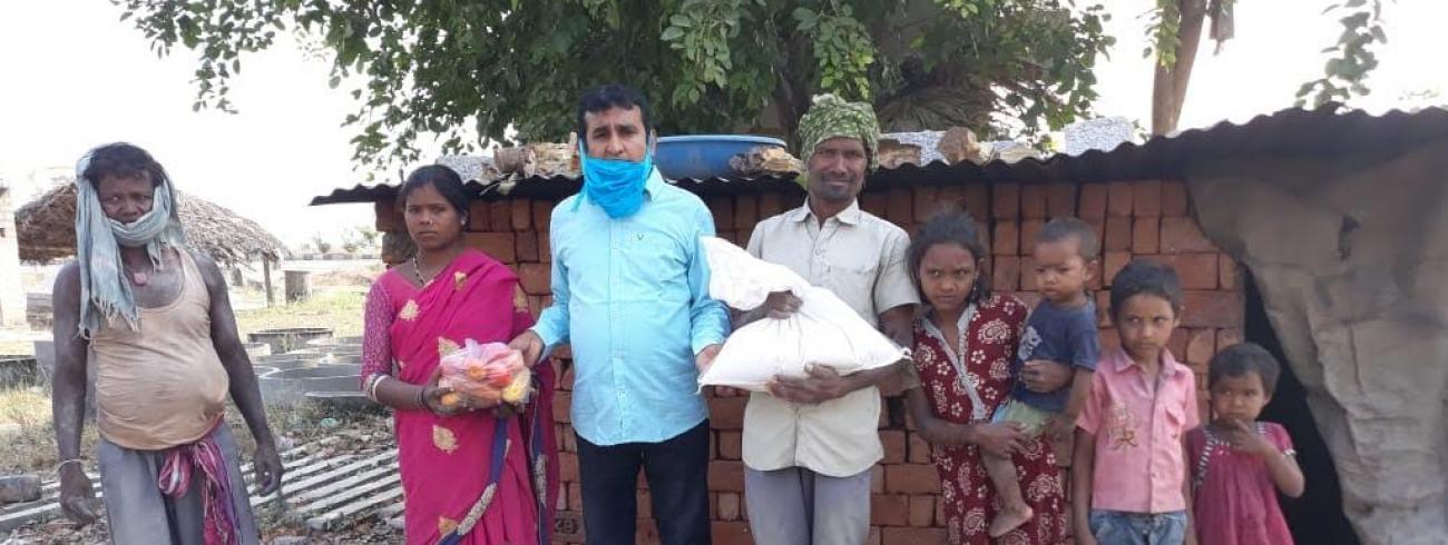 Vader Anil die voedselpakketten uitdeelt aan arme gezinnen © Marina Vanderhoeven