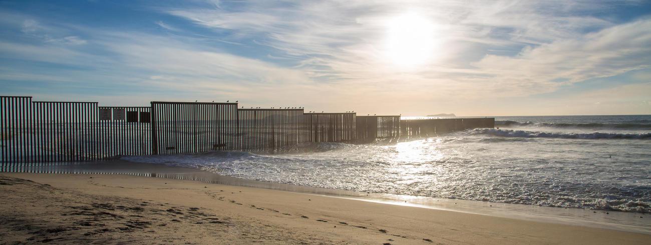 Nu al loopt over een groot stuk van de grens een scheidingsmuur tussen Mexico en de Verenigde Staten. © CC Jonathan McIntosh