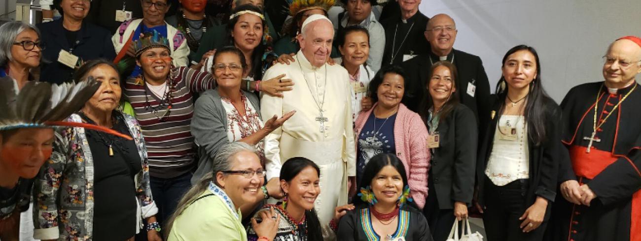 Paus Franciscus tussen deelnemers aan de Amazonesynode. De tevredenheid over het slotdocument is groot. © Sinodo Amazonico