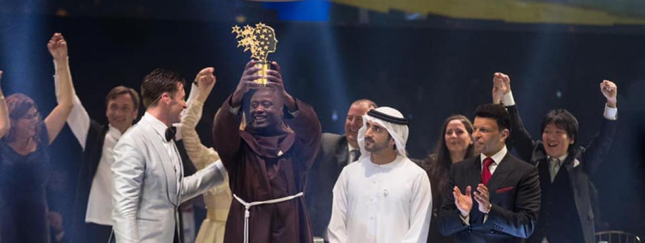 Franciscaan Peter Tabichi uit Kenia neemt de Global Teacher Prize 2019 in ontvangst. © Global Teacher Prize