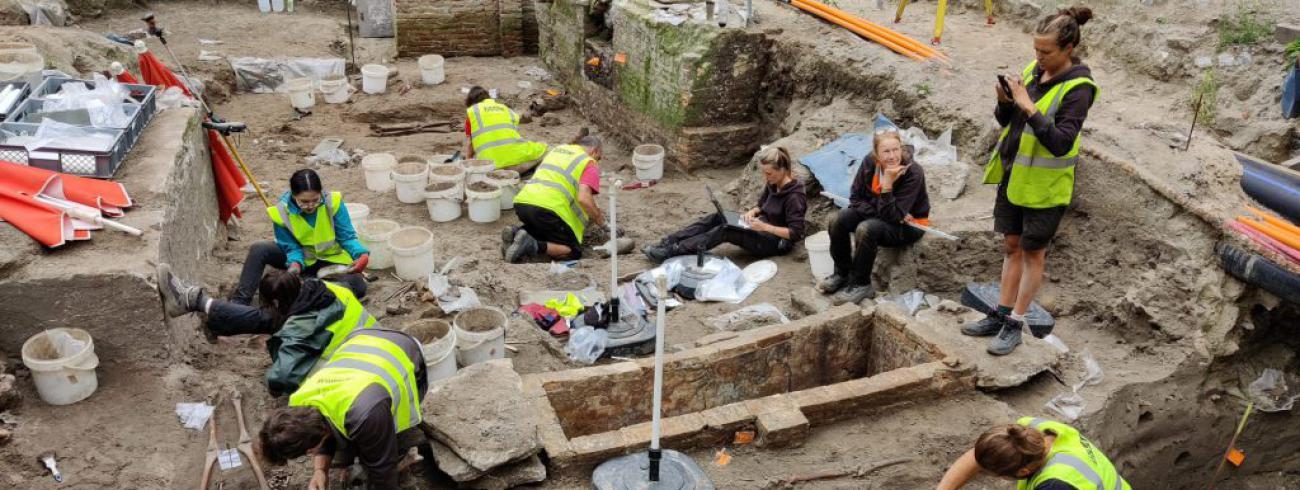 Opgravingen aan het Onze-Lieve-Vrouwekerkhof zuid in Brugge © Raakvlak