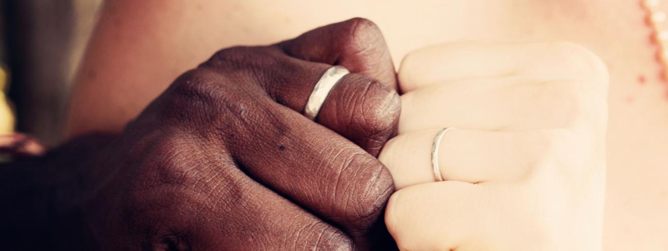 Trouwen voor de kerk is liefde en geloof verbinden.  © Photo by Désirée Fawn on Unsplash