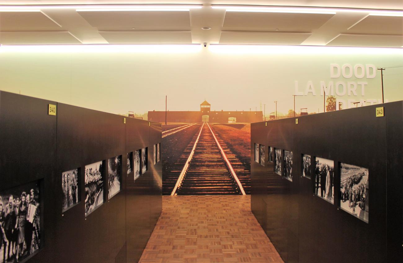 Polarisatie, een doodlopend spoor. Zicht op Auschwitz in Kazerne Dossin. © Nele Custers