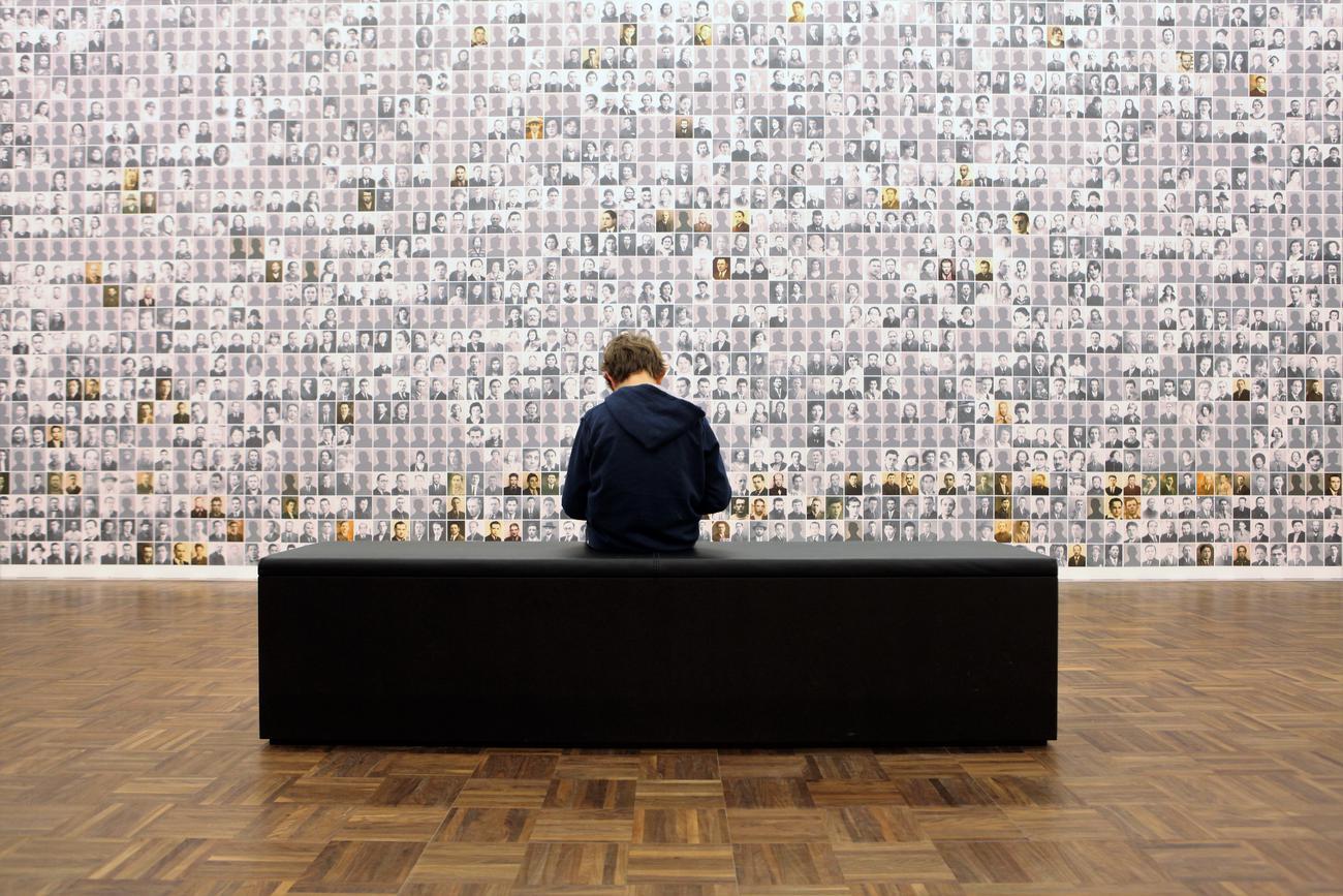 Stilvallen bij slachtoffers en overlevenden van de Holocaust in Kazerne Dossin. © Kazerne Dossin / Jan De Pue