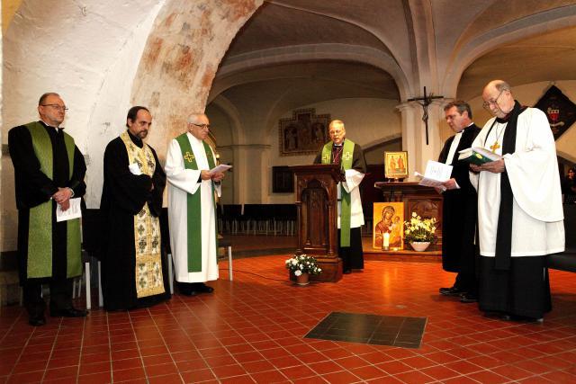 Kan Dirk De Backer, 3de van links, bij de oecumenische gebedsdienst in de crypte van de Sint-Baafskathedraal in januari 2014  © bisdom Gent