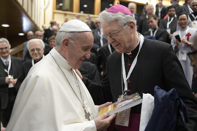 Overhandiging boek aan paus Franciscus © L'Osservatore Romano