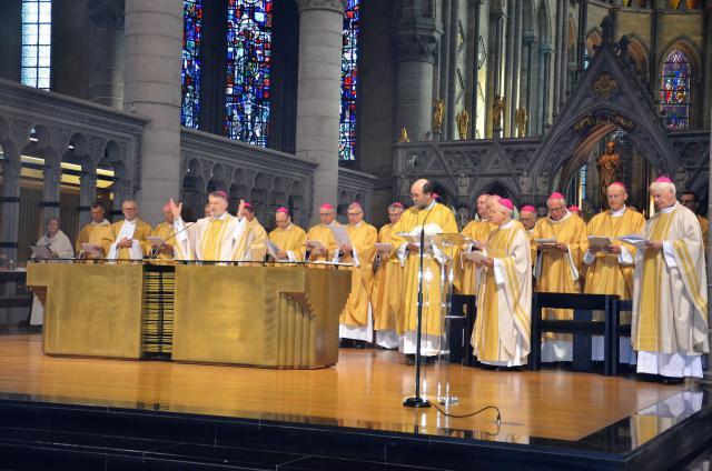 Brussels hulpbisschop Jean Kockerols gaat voor in de gebedsviering in Ieper © Hellen Mardaga