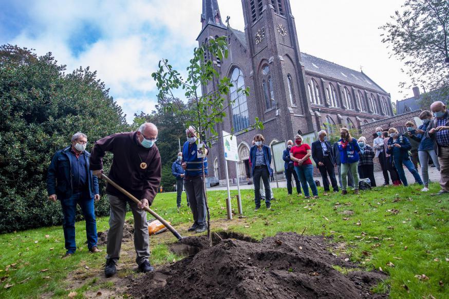 Gentse bisschop Lode Van Hecke plant in naam van de Belgische bisschoppen de eerste Laudato Sí-boom in Oostakker-Lourdes © Frank Bahnmüller