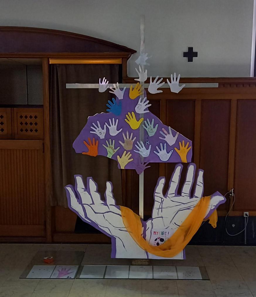 Het symbool 'handen' met de handjes van de vormelingen in de kerk