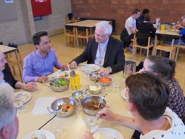 Mgr. Hoogmartens aan tafel met interne leerlingen