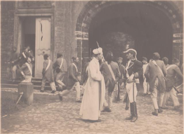 De paters vertolken historische figuren, maar spelen ook zichzelf. © Cinematek