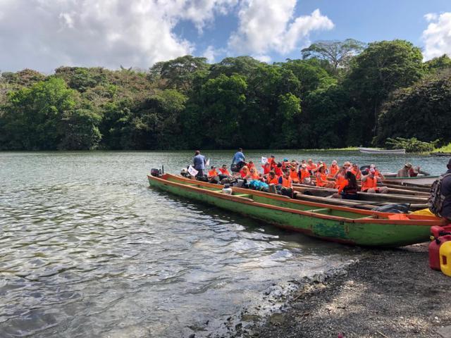 In kleine bootjes staken de Vlamingen het Alajuela-meer over. © Koen Van den Bossche