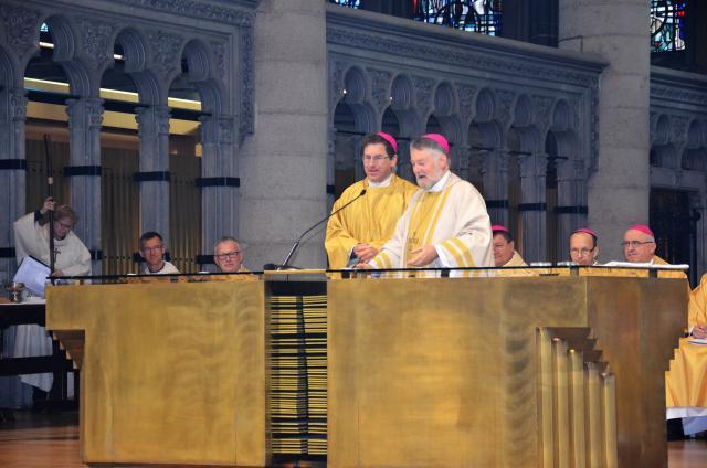 De Brugse bisschop Lode Aerts en de Brusselse hulpbisschop Jean Kockerols samen achter het altaar  © Hellen Mardaga