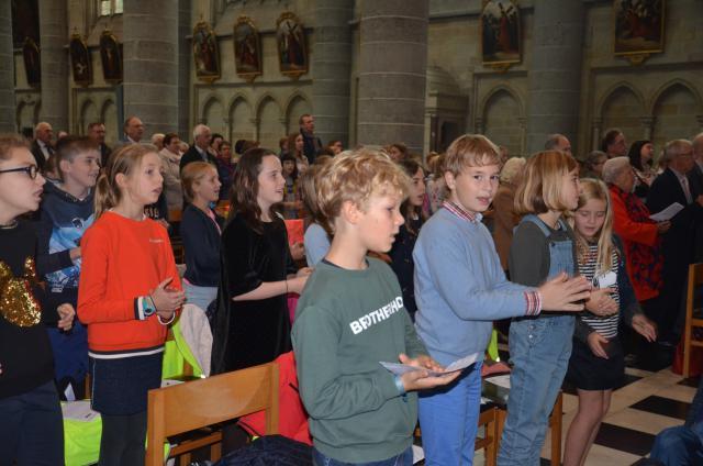 De kinderen tijdens de eucharistieviering in Ieper © Hellen Mardaga