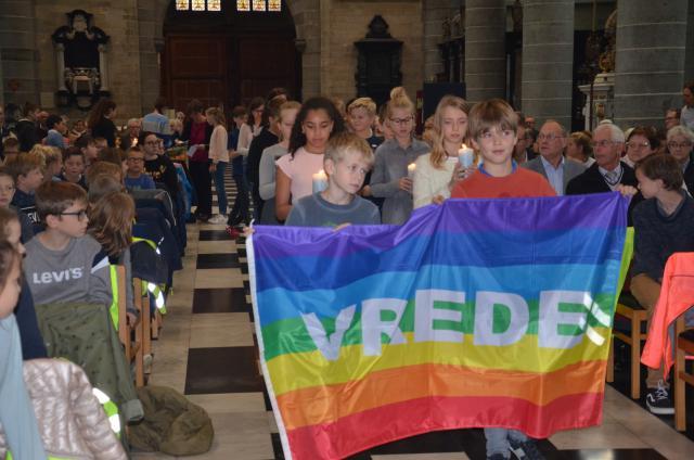 Kinderen met de vredesvlag in Vredesstad Ieper © Hellen Mardaga