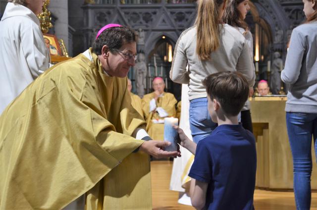 Kinderen brengen kaarsen aan bij bisschop Lode Aerts © Hellen Mardaga
