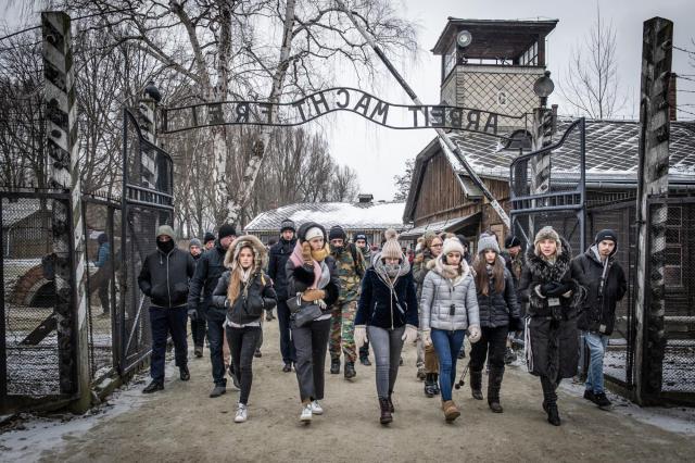 'Wanneer je de poort van Auschwitz binnenstapt, voel je de spanning, de stilte, de leegte die eigenlijk niet zo leeg is', schrijft Julie over haar indrukken van de herinneringsreis   © Erwin Ceuppens - Belgian Defence