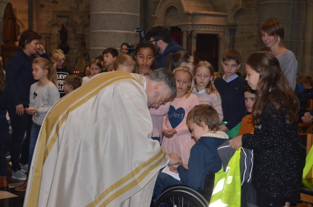 De kinderen kregen op het einde van gebedsviering een presentje van de bisschoppen van de EU © Hellen Mardaga