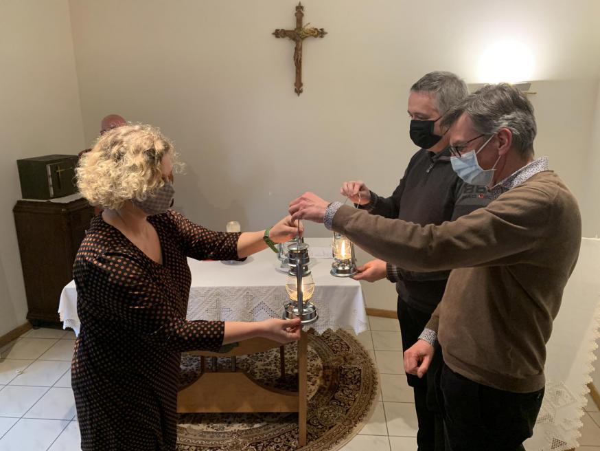 Deken Norbert Wauters en Steven de Schampelaere ontvangen het Licht van Betlehem voor dekenaat Zuiderkempen © bisdom Antwerpen