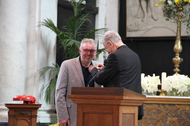 Bisschop Luc Van Looy geeft werfleider Walter Jacques het gouden ereteken van Sint-Bavo © Bisdom Gent, foto: Isolde Ruelens