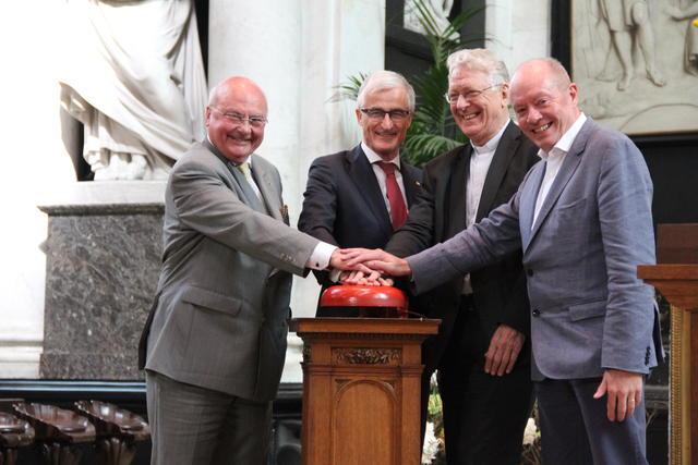 Jozef Dauwe, Geert Bourgeois, Luc Van Looy en Jan Briers zetten de klokken in werking © Bisdom Gent, foto: Isolde Ruelens