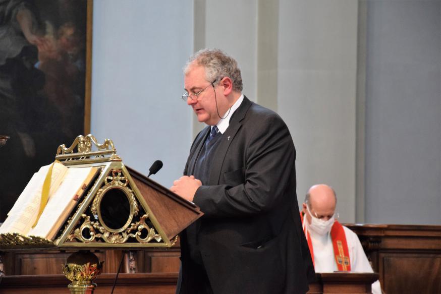 Deken Henk Laridon (voorzitter oecumenische Studie- en Werkgroep West-Vlaanderen) gaat voor in gebed en opent de Dienst van het Woord © Patrick Desmarets