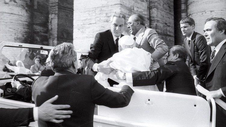 De zwaargewonde paus Joannes Paulus II wordt uit de pausmobiel getild © VaticanMedia
