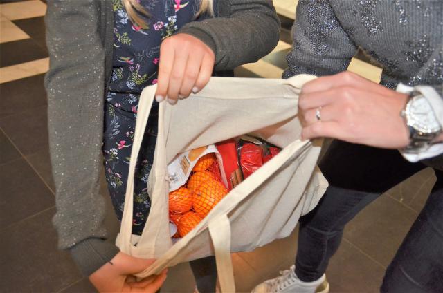 In de linnen zak staken mandarijntjes en snoepgoed © Hellen Mardaga