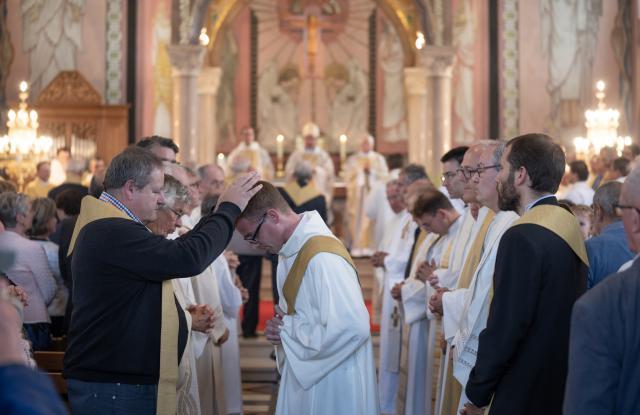 Handoplegging  - door priesters © Damiaan Dufaux