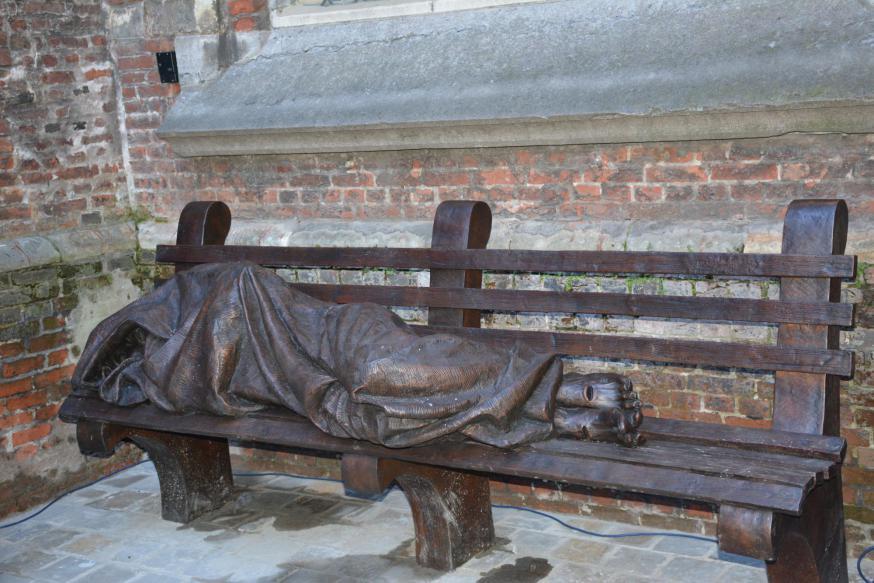 Een exemplaar van 'The Homeless Jesus' van Timothy Schmalz werd onthuld ter gelegenheid van 50 jaar Sint-Egidiusgemeenschap © Sant'Egidio