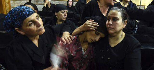 Familieleden troosten overlevenden van de aanslag © Comité de soutien aux Chrétiens d'Orient