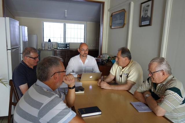 Vergadering met de medebroeders rond de keukentafel