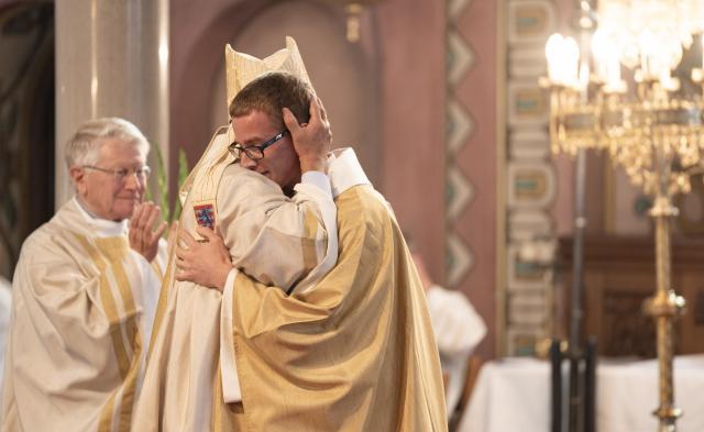 Vredeskus met de bisschop © Damiaan Dufaux