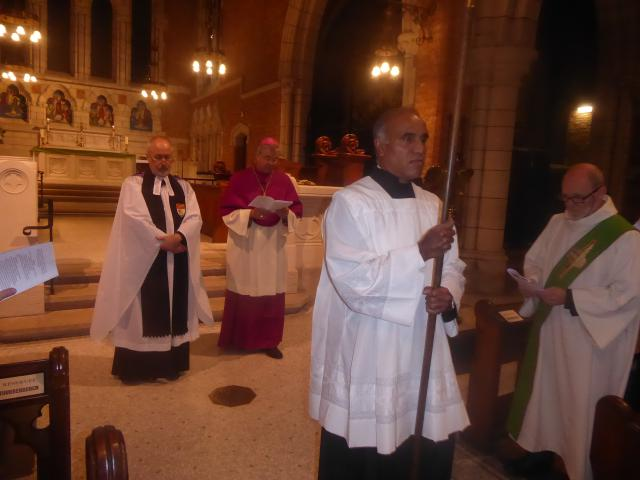 Andrew Wagstaff, chaplain van de anglicaans-episcopaalse Sint-Bonifatiusparochie in Antwerpen, bisschop Johan Bonny en diaken Jean-Marie Houben (rechts) © Lieven Gorissen