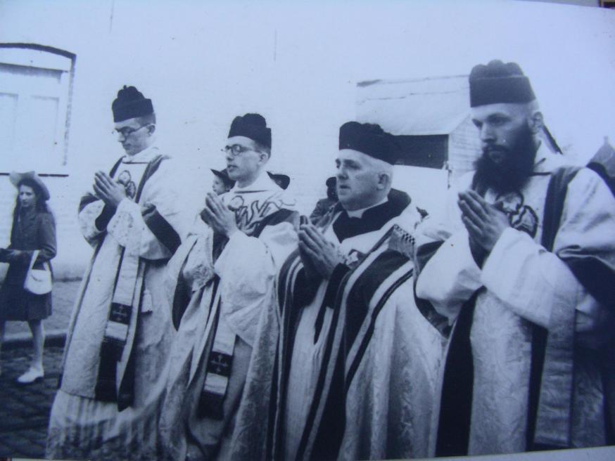 Cyriel Moeyaert bij zijn priesterwijding op 8 april 1945 (tweede van links)