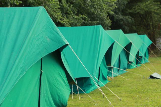 Tijdens het Pluskamp slapen in we in tenten. Voor de jongste deelnemers worden patrouilletenten voorzien.
