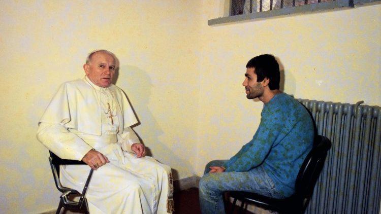 1983 Paus Joannes Paulus II bezoekt Agca in zijn cel © VaticanMedia