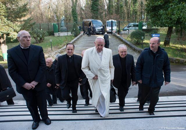 Paus komt aan in retraitehuis