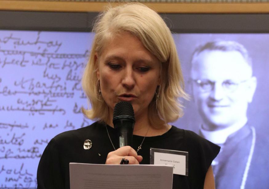 Annemarie Gielen, algemeen directeur van Pax Christi Vlaanderen, leest een brief voor van mgr. Pierre-Marie Théas, een medestichter van Pax Christi © Anne Vansteelandt