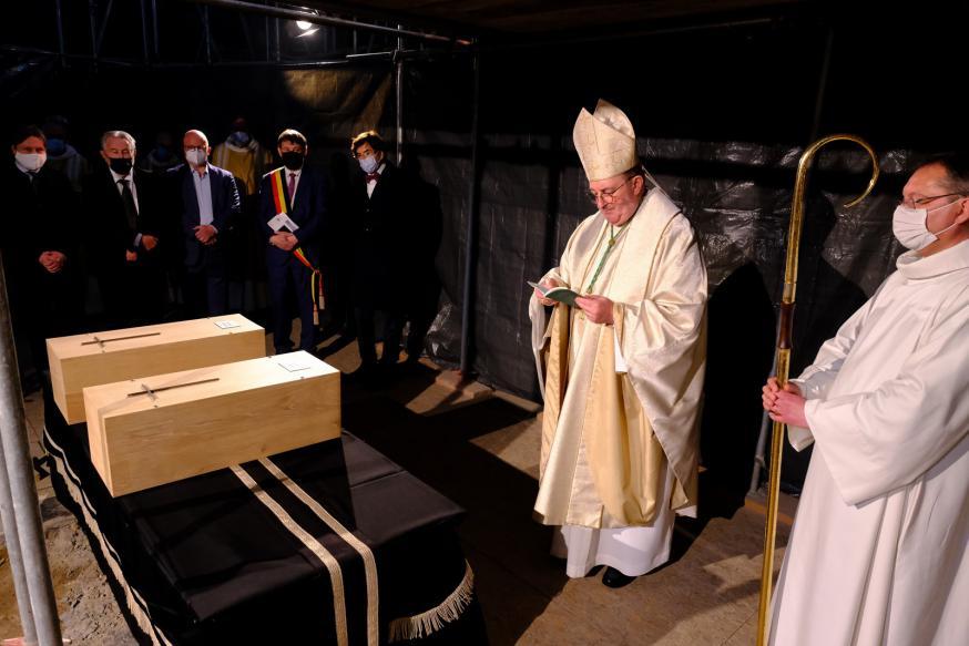 Bisschop Guy Harpigny bidt voor de 11de-eeuwse bisschoppen Boudewijn I en Radboud II die in de Doornikse kathedraal werden herbegraven © Office du Tourisme de Tournai