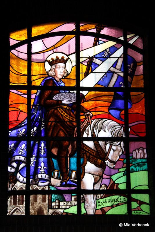 glasraam de Heilige Lodewijk links vooraan in onze kerk