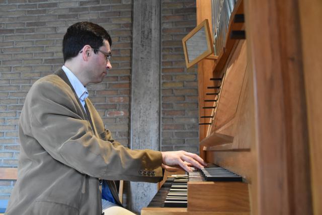 Joris Polfliet warmt zich op aan het orgel. © PDL