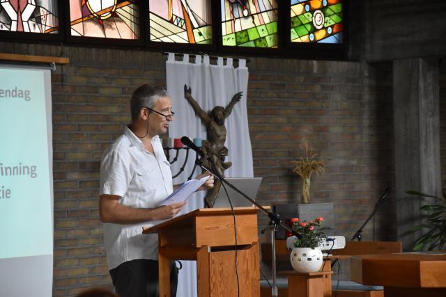 Stijn Van den Bossche (ICC) leidde de spreker met de nodige humor in. © PDL