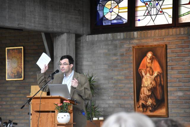 Een gedreven Joris Polfliet hield het verloop van de eucharistieviering tegen het licht. © PDL