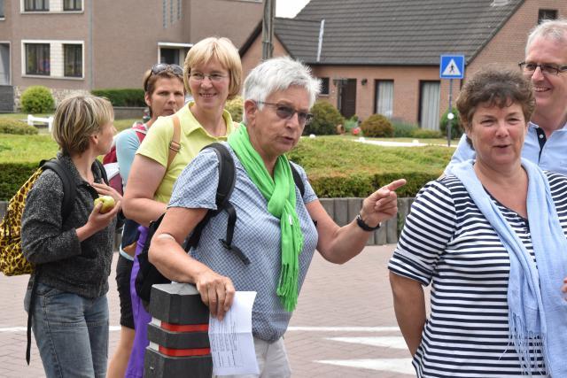 Begeleidster Ann wijst de wandelaars de weg. © PDL