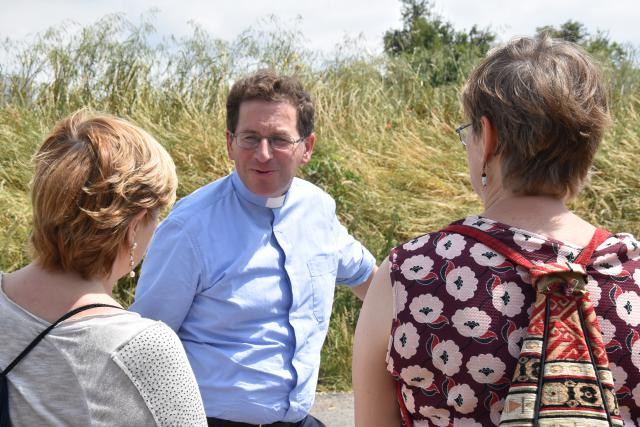 Bisschop Lode Aerts in gesprek met enkele deelnemers. © PDL