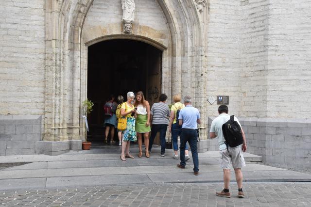 Verzamelen geblazen aan de Sint-Martinusbasiliek in Halle. © PDL